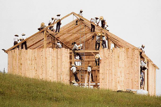 амиши строят дом
