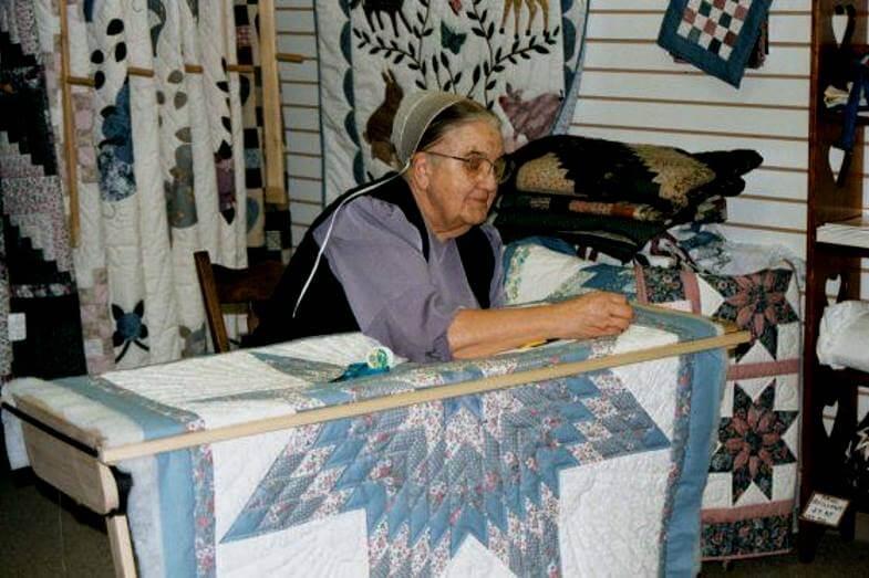 амишская женщина за лоскутноым шитьем